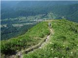 Kobariški Stolpot na greben, zadaj Breginj