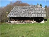 Slovenske planine v vseh letnih časihTo je ta opuščen hlev, ki je imel spodaj prostor za živino,zgoraj pa je bil skedenj za spravilo sena za zimo.