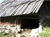 Slovenske planine v vseh letnih časihHlev se že ruši.