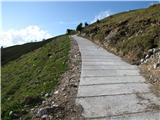 Slovenske planine v vseh letnih časihOd planšarije vodi betonirana pot.