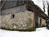 Slovenske planine v vseh letnih časihNaprej ob cesti vidimo že opuščeno hiško-vidi kako so zidali.