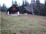 Slovenske planine v vseh letnih časihTako za razglediščem na levi ob poti zagledamo prve stanove planine Spodnji  Vogar.