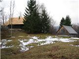 Slovenske planine v vseh letnih časihV nadaljevanju na levi strani. Lastniki se še kar poslužujejo lesa za pokrivanje streh.
