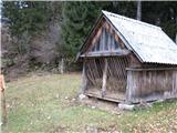 Slovenske planine v vseh letnih časihZdaj tu stoji samo lesena kočica s krmiščem.