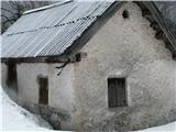 Slovenske planine v vseh letnih časihTa stan je zraven-je cel zidan. Običajno je zidana  samo pritličje -zgornji del pa je običajno  lesen.