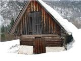 Slovenske planine v vseh letnih časihStarre gradnje so zelo različne. Samo spodaj je pri tej pozidano kake pol metra, nato je vse leseno.