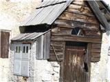 Slovenske planine v vseh letnih časihTo je ta stan od spredaj.