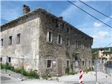 VremščicaOgromne kraške hiše so zapuščene in se podirajo.