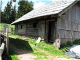 Slovenske planine v vseh letnih časihCelo hlevček je zraven.