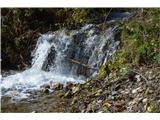 Slovenski slapovi vodotokov Desna pa po strmem bregu, dvakrat moramo preskočiti celo potoček, k prvemu Ankovemu slapu.To je šele predslap.