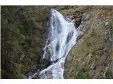 Slovenski slapovi vodotokov To je pa drugi,precej večji slap. Še višje zgoraj je niz manjših slapov, ki pa se skoraj ne vidijo.