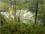 Greben Brezniških pečiPogled proti jezeru v Završnici. Danes nima posebej lepe barve