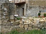 Od Socerba do AnkaranaŽig na Tinjanu se nahaja na eni od stanovanjskih hiš.