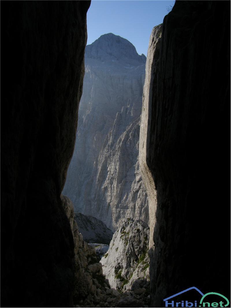 SlikaTriglav iz ozkega žleba na južnih pobočjih Pihavca.